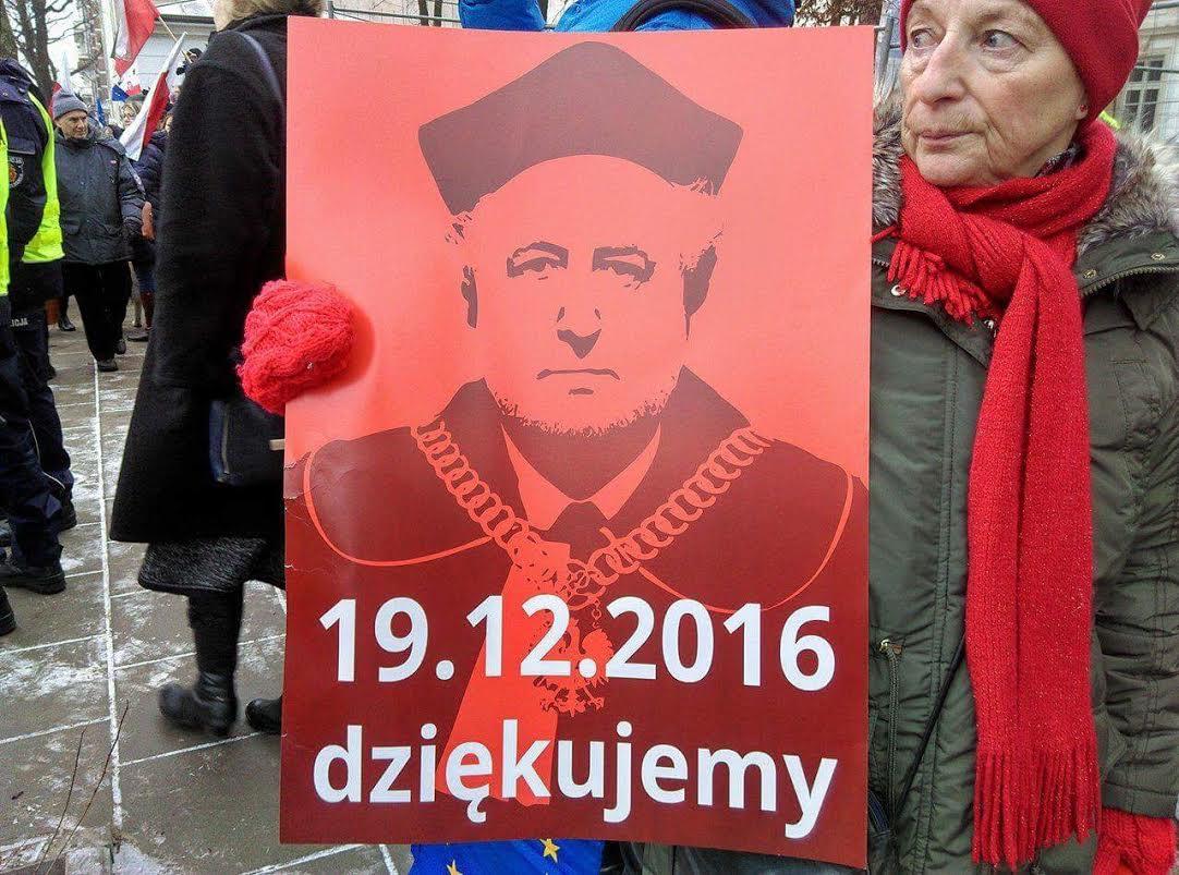 Manifestanci: Dziękujemy prof. Rzeplińskiemu