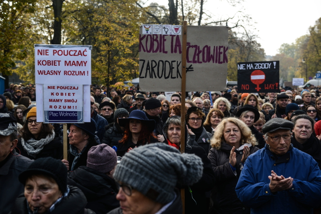 Ogólnopolski Strajk Kobiet przedSejmem wWarszawie 23.10.2016, fot.PAP/Jakub Kamiński