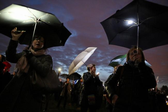 """Kraków, 24.10.2016. """"Nie sk³adamy parasolek!"""" - podtakim has³em wobronie praw kobiet zorganizowano happening naB³oniach, 24 bm.w41. rocznicê strajku kobiet wIslandii. (cat) PAP/Stanis³aw Rozpêdzik"""
