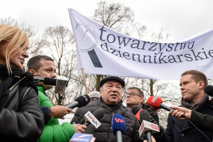 Warszawa, 15.12.2016. Seweryn Blumsztajn (C) iAndrzej Morozowski (2L) podczas pikiety przedSejmem, 15 bm.Protest zosta³ zorganizowany przezTowarzystwo Dziennikarskie przeciwko ograniczaniu mediom swobody poruszania siê poSejmie. Jak podaj¹ media, Kancelaria Sejmu ma wprowadziæ nowe akredytacje iograniczyæ liczbê dziennikarzy, którzybêd¹ mieli dostêp dog³ównego sejmowego holu. (zuz) PAP/Marcin Obara