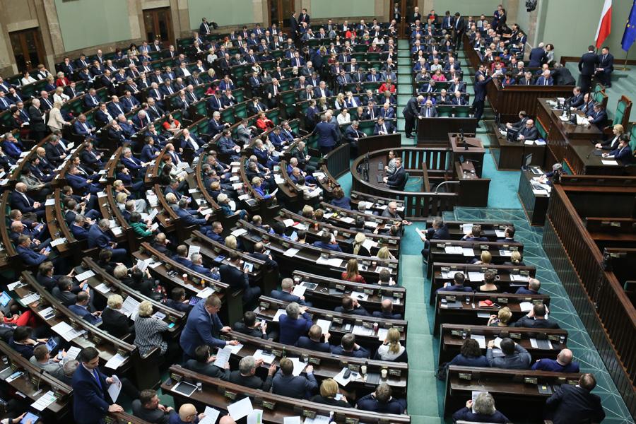 Kuchciński zastrasza posłów karami