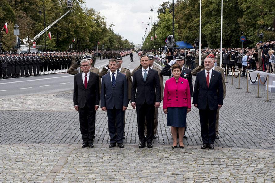 """Prezydent niewręczy nominacji generalskich. """"Otwarta wojna Dudy zMacierewiczem"""""""