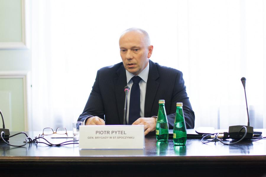 """Zatrzymanie gen. Piotra Pytla. """"To prywatna wojna Macierewicza"""""""