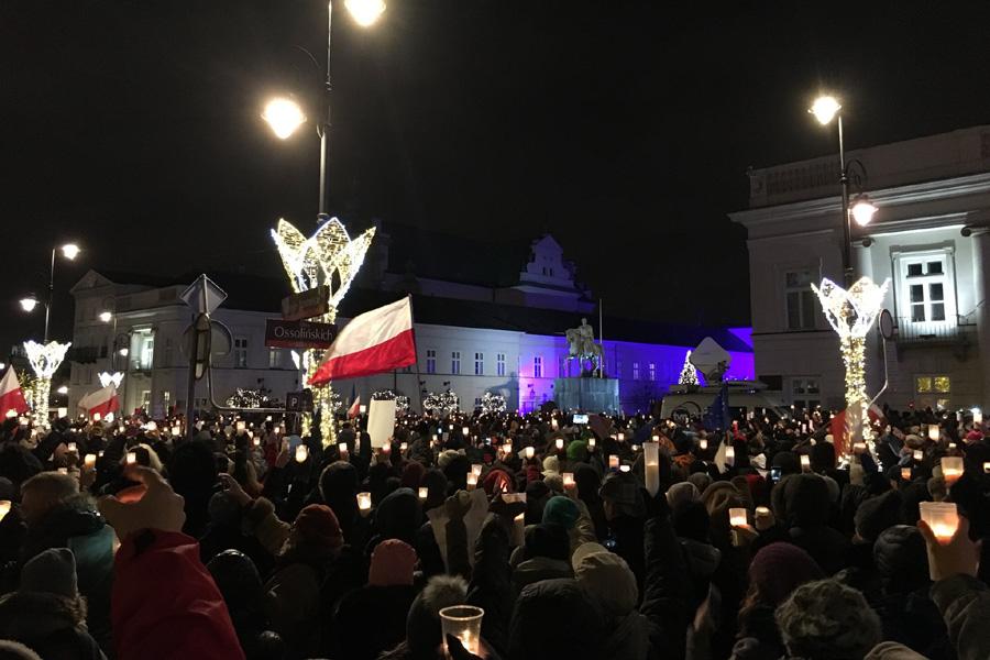 PiS dobija wolne sądy. Polacy stają w ich obronie