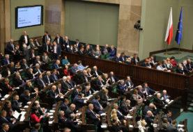 """PiS obniży pensje parlamentarzystom. """"To paniczna próba odwrócenia procederu, na którym zostali przyłapani"""""""