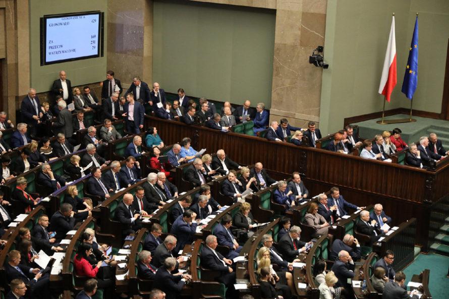 """PiS obniży pensje parlamentarzystom. """"To paniczna próba odwrócenia procederu, naktórymzostali przyłapani"""""""