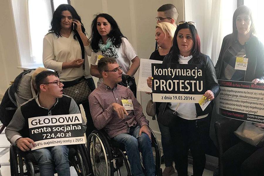 """Trwa protest w Sejmie. """"Kaczyński ma serce z kamienia"""""""