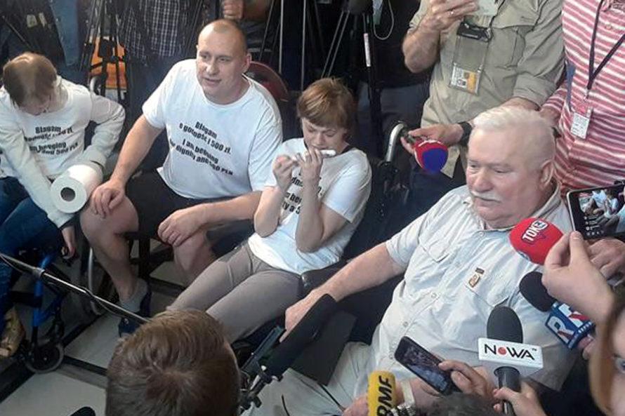 """Lech Wałęsa uprotestujących. """"Wezwaliście mnie, więcjestem"""""""