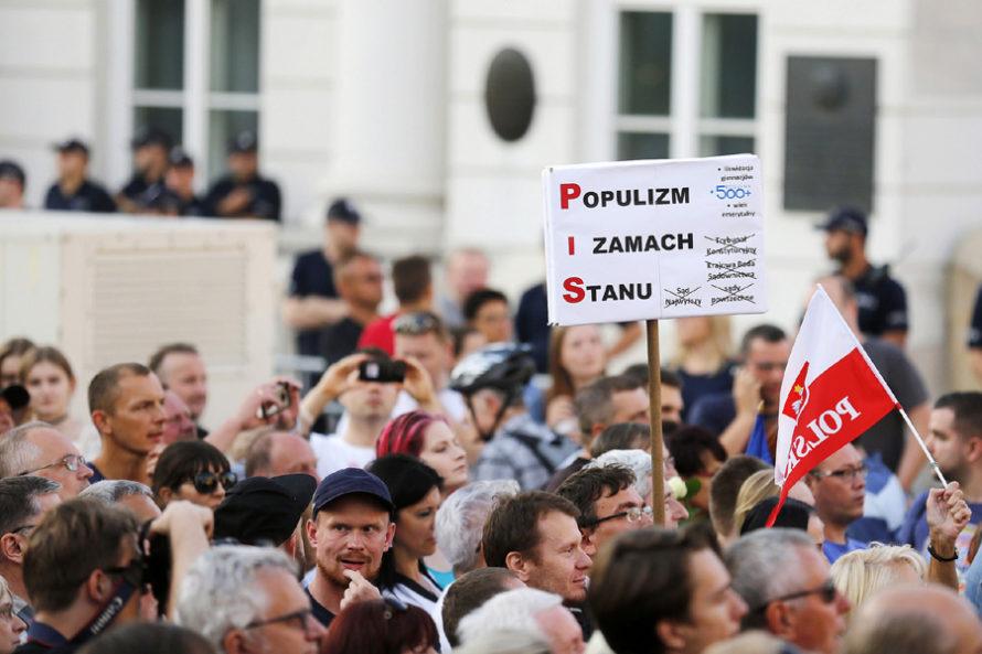 Jakość polskiej demokracji spada nadno