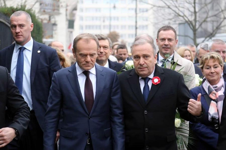 """Tusk i Schetyna wspólnie uczcili polską niepodległość. """"Kochamy Cię, Polsko"""""""