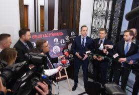 """Tablica z """"Układem Kaczyńskiego"""" wróciła. """"Prawdy nie da się zaaresztować"""""""